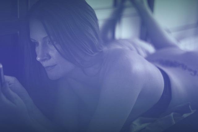 femme infidèle cache téléphone adultère
